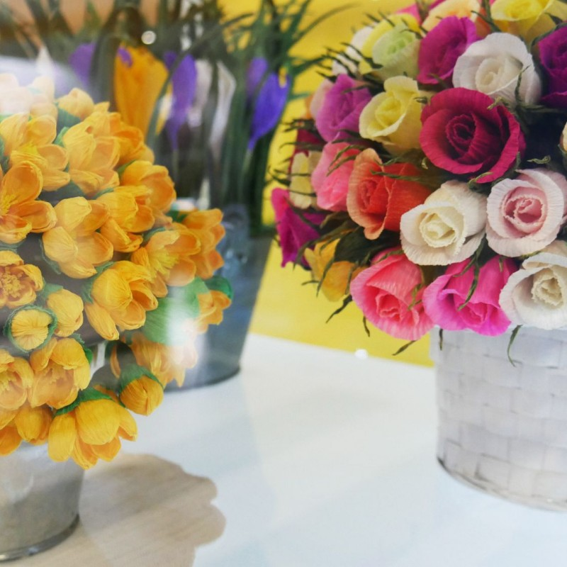 """Kwiaty z bibuły wykonane przez Panie z sekcji rękodzieła artystycznego """"gUsToWnia"""" UTW Kęty / fot. DK Kęty"""