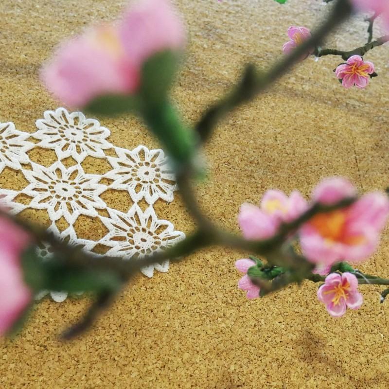 """Kwiaty papierowe wykonane przez Panie z sekcji rękodzieła artystycznego """"gUsToWnia"""" UTW Kęty / fot. DK Kęty"""