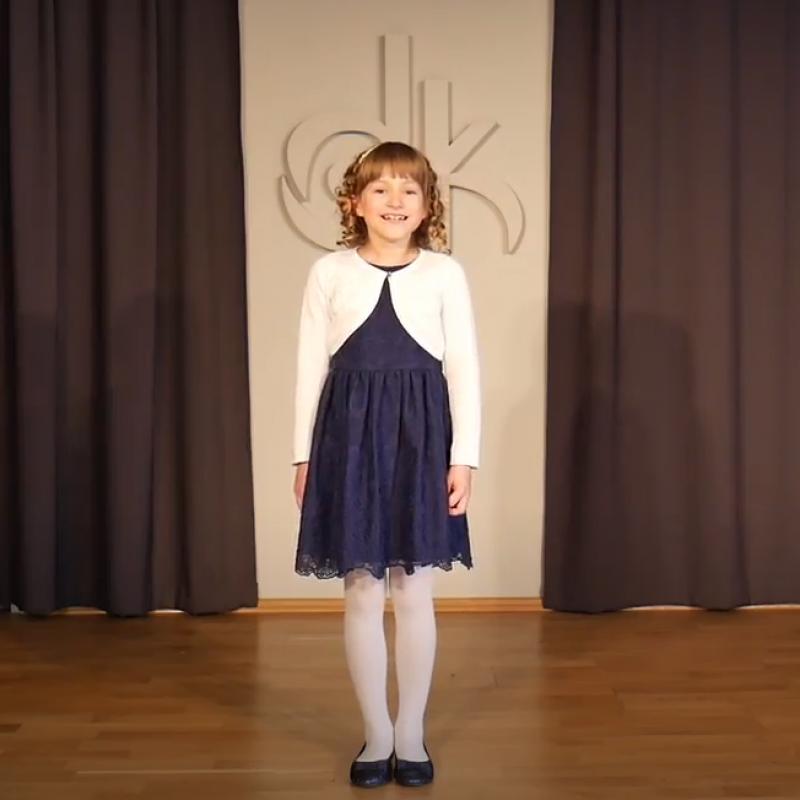 Uczestniczka 9. Festiwalu Młodego Aktora w trakcie prezentowania utworu.